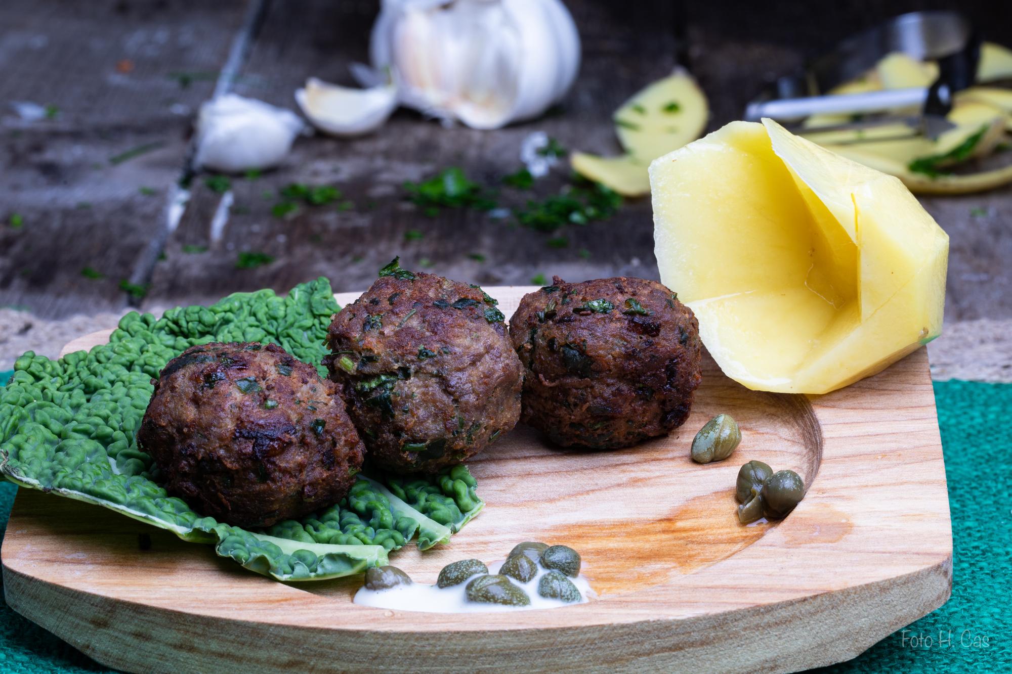 Faschierte Bällchen mit Kapern und Petersilienkartoffeln