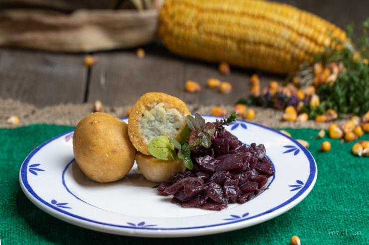 Polentaknödel mit Käsefülle & Zuckerhutsalat